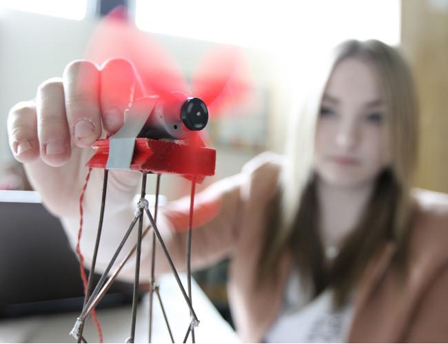 Bild von Mädchen mit Windrad-Modell