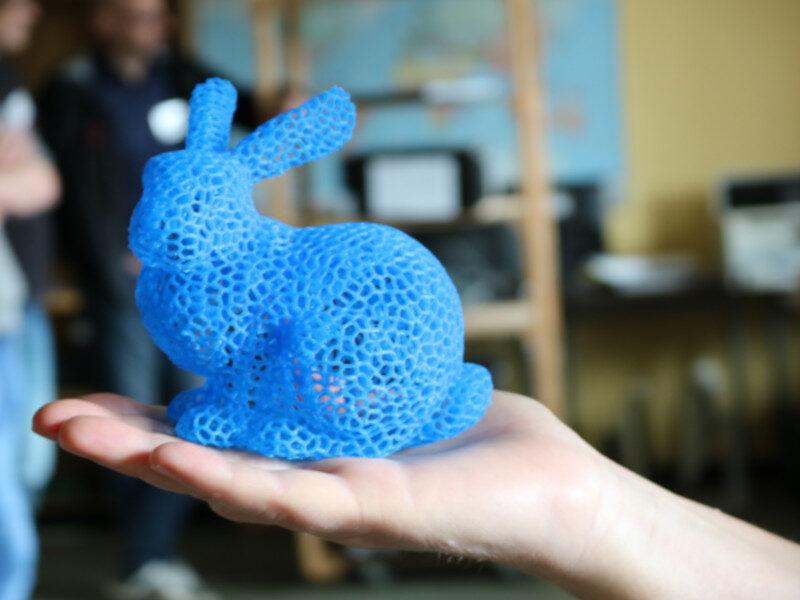 Bild mit blauem Hasen aus einem 3D-Drucker
