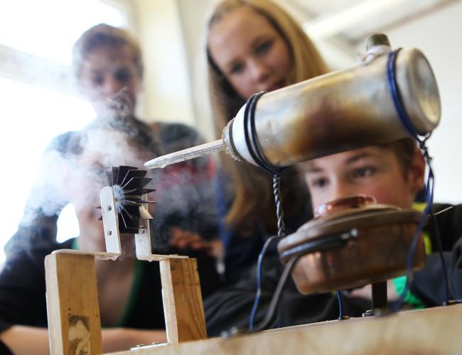 Bild mit Schülerinnen und Schülern und Technikexperiment